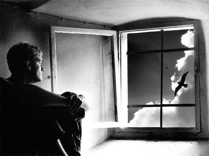 32597-uomo-alla-finestra