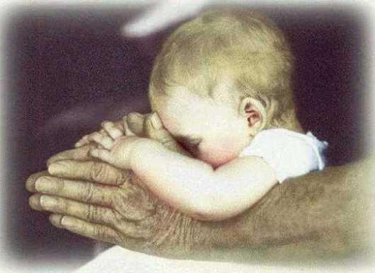 bambino nelle mani del nonno